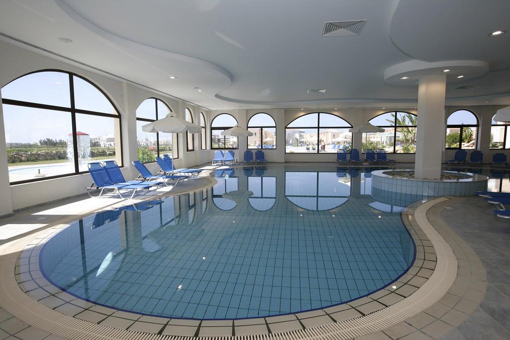 крытый бассейн отеля Avanti Holiday Village 4*
