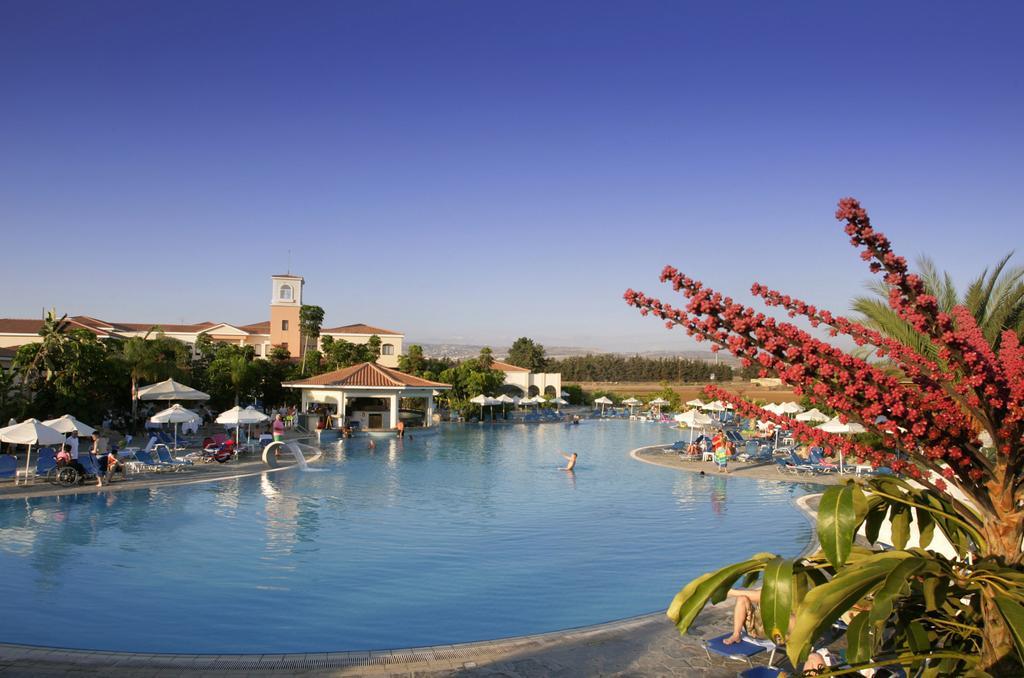 бассейн на территории отеля Avanti Holiday Village 4*