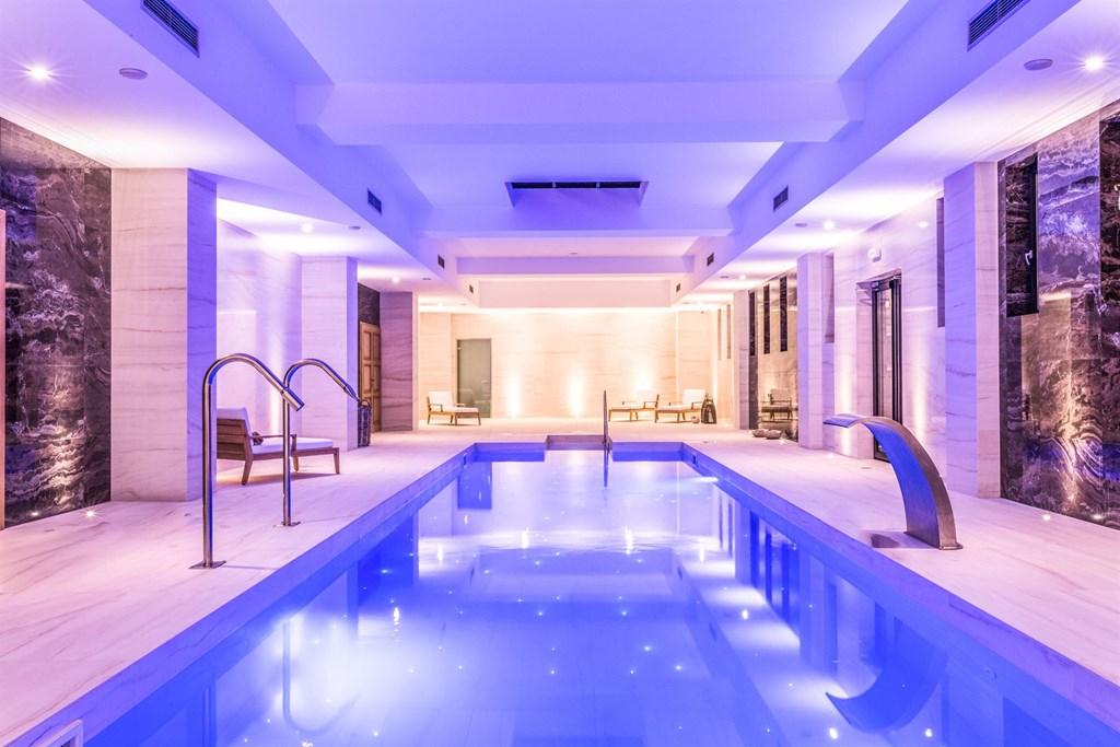 крытый бассейн отеля Abaton Island Resort & Spa