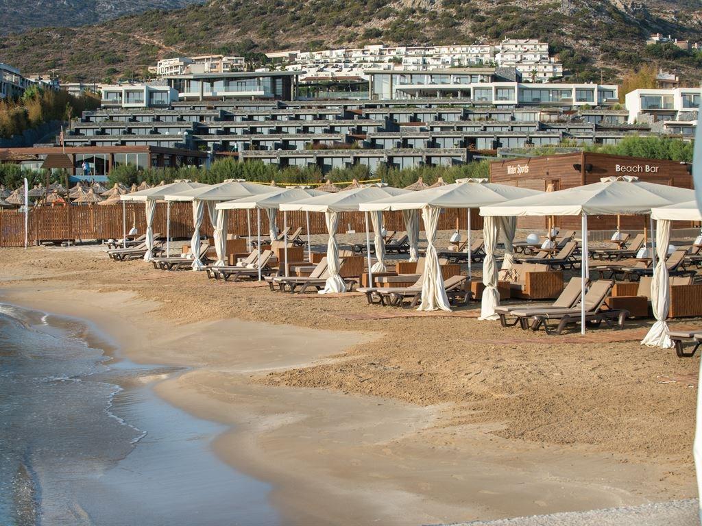 пляж и бар отеля Nana Princess Suites Villas & Spa