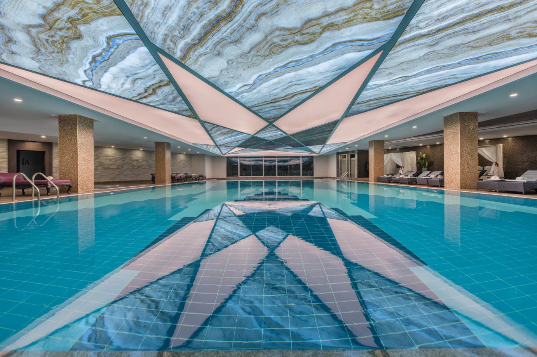 крытый бассейн отеля Delphin BE Grand Resort