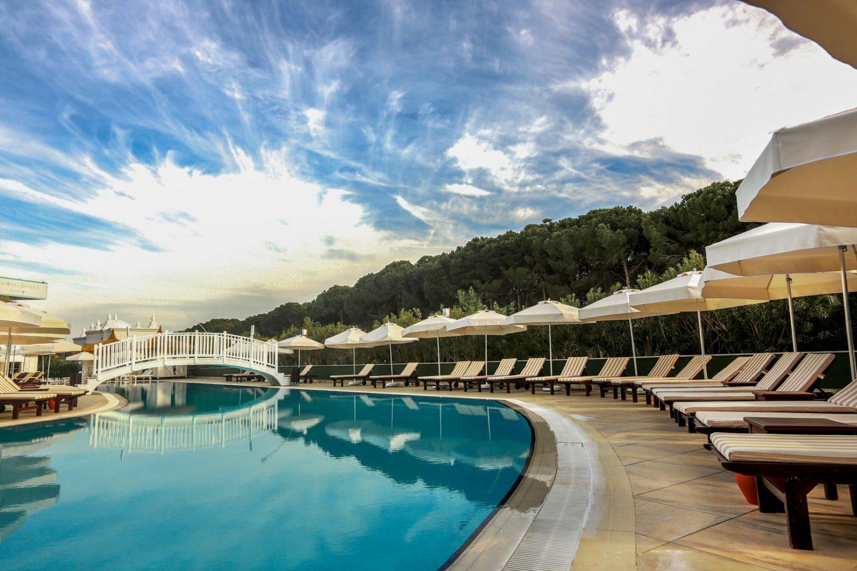 зона отдыха возле бассейна отеля Innvista Hotels Belek