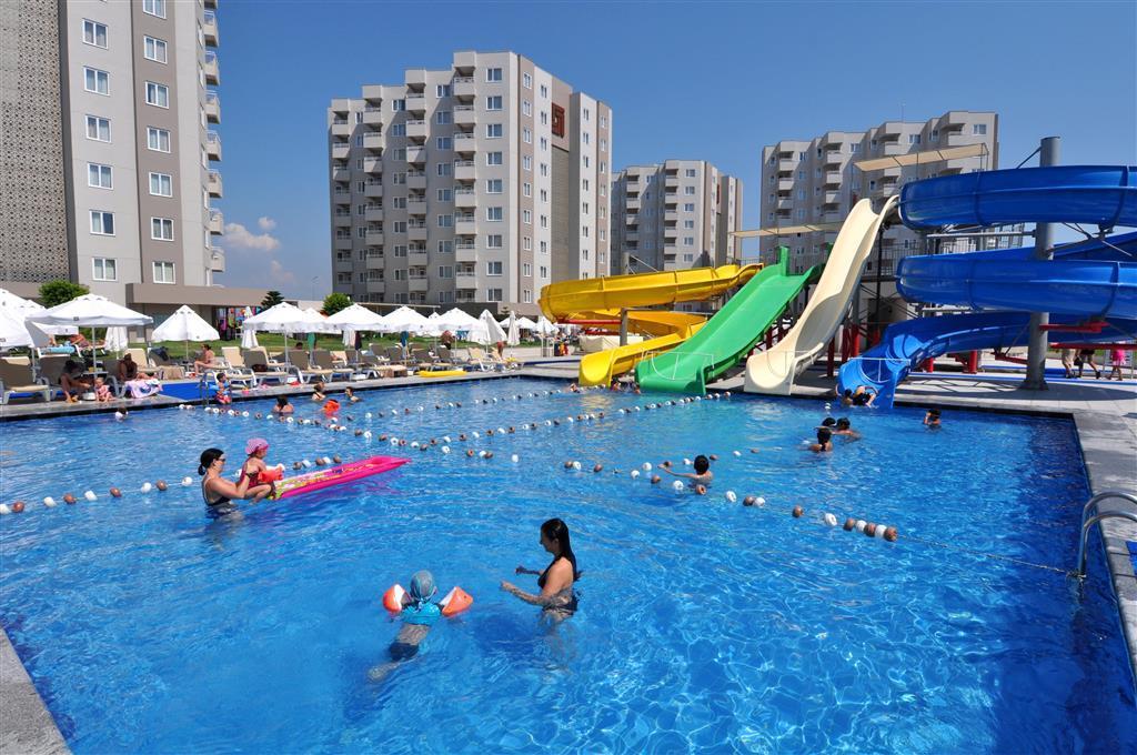 бассейн и водные горки отеля Grand Park Lara