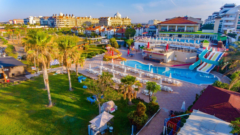территория отеля Throne Seagate Belek Hotel