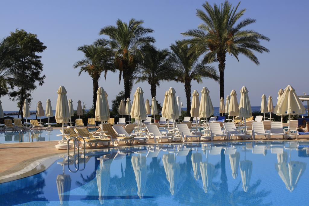 зона отдыха возле бассейна отеля TT Hotels Pegasos Club