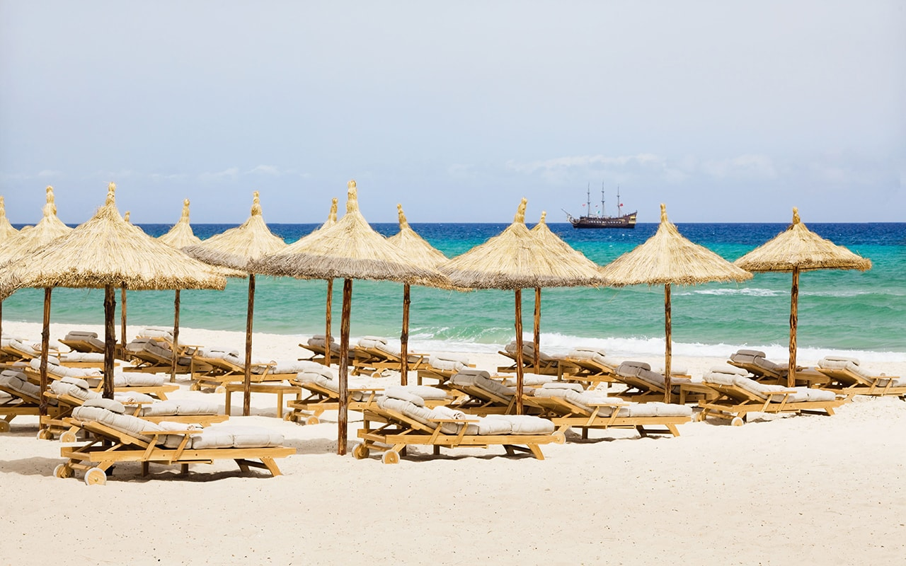 пляж отеля Movenpick Resort & Marine Spa