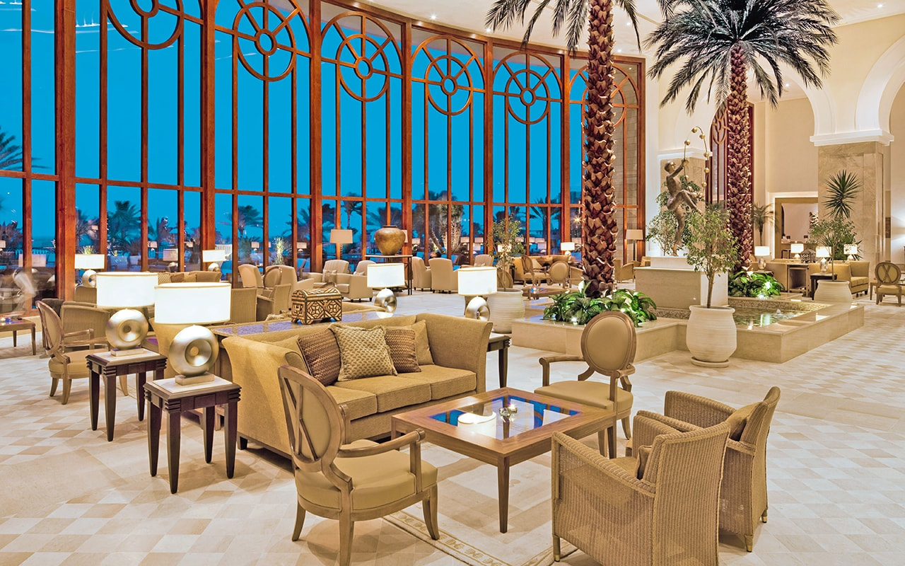 лобби отеля Movenpick Resort & Marine Spa