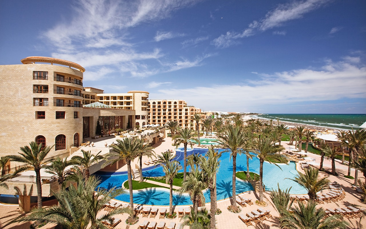 территория отеля Movenpick Resort & Marine Spa