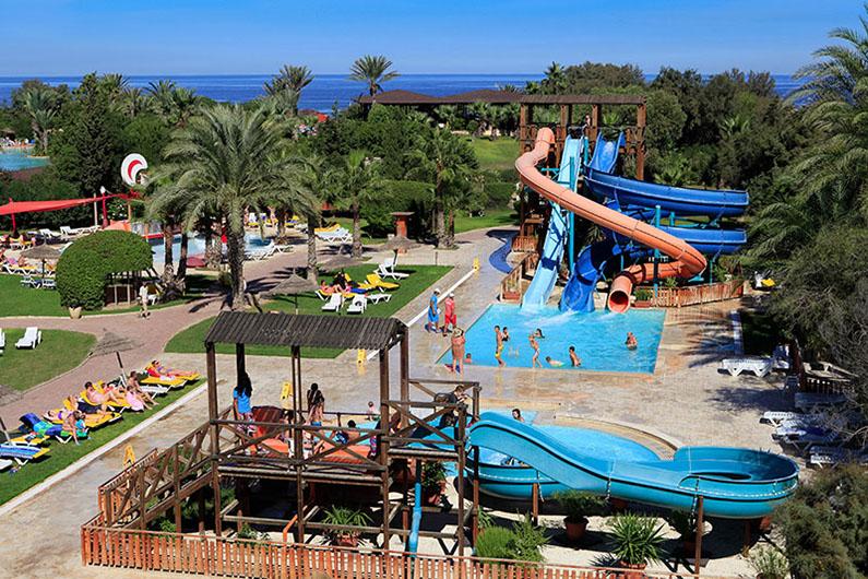 бассейн с водными горками отеля Sahara Beach Aquapark Resort