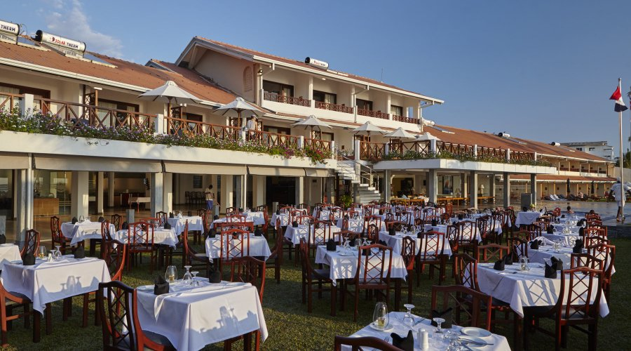 терраса ресторана отеля Coral Sands Hotel