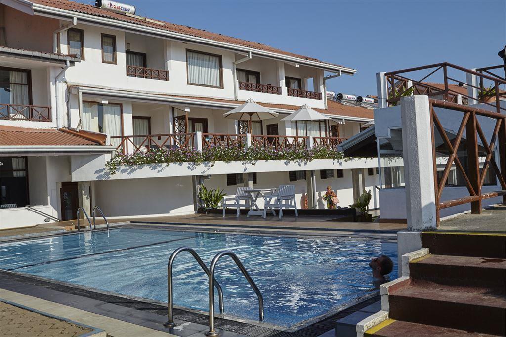 бассейн отеля Coral Sands Hotel