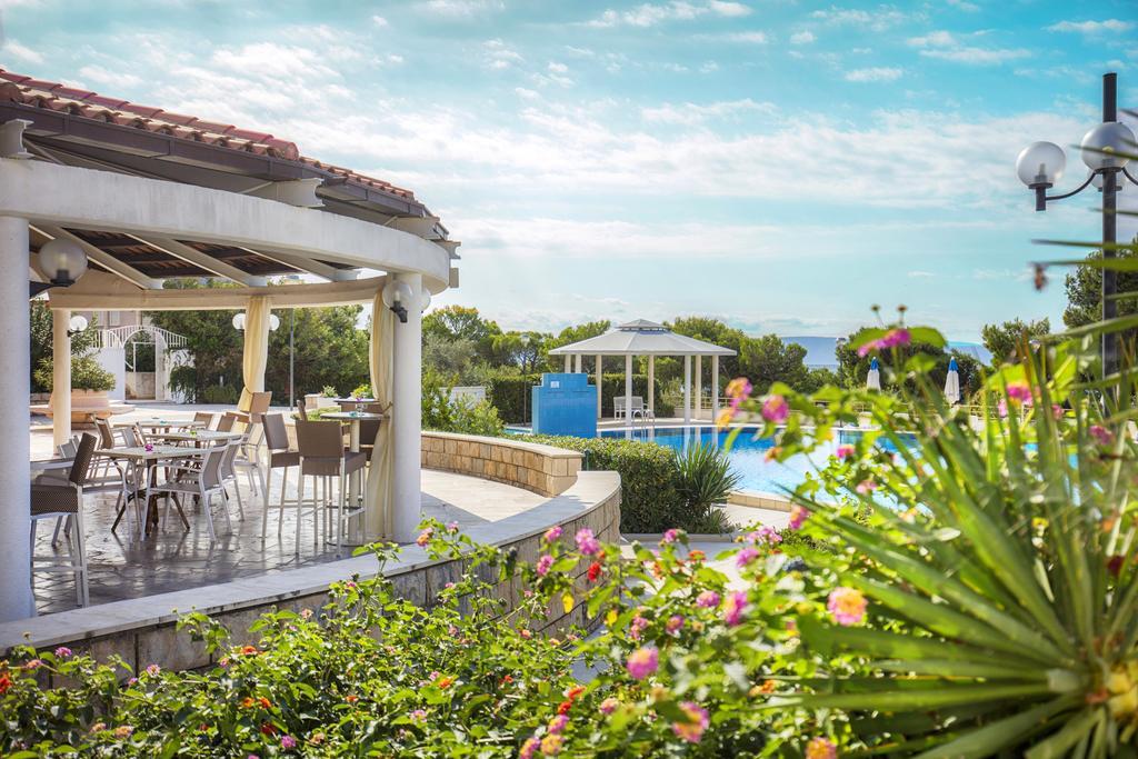 территория отеля Bluesun Afrodita Tourist Resort