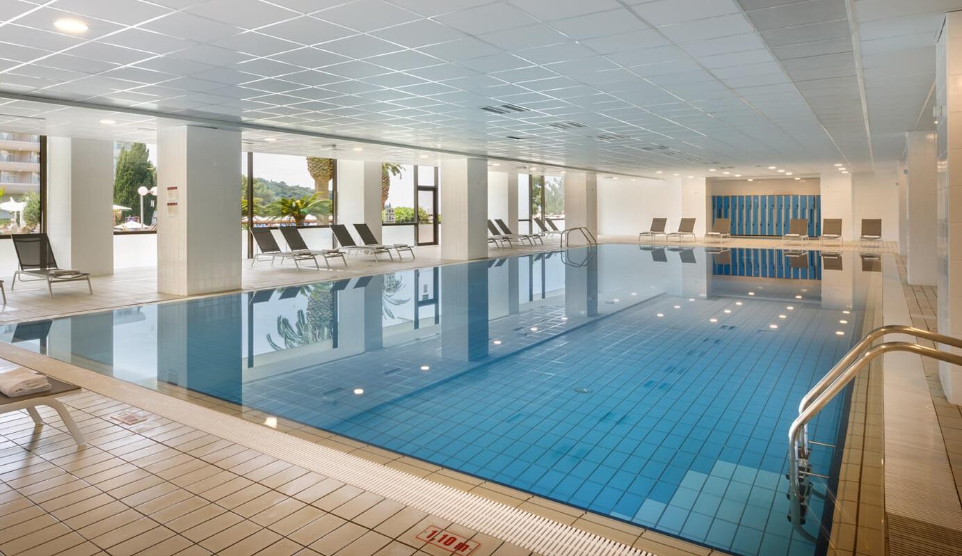 крытый бассейн отеля Remisens Hotel Albatros