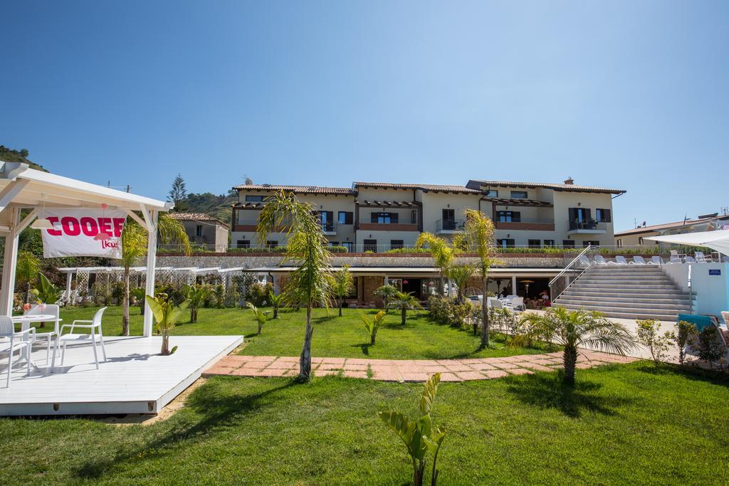 территория отеля Cooee Michelizia Tropea Resort