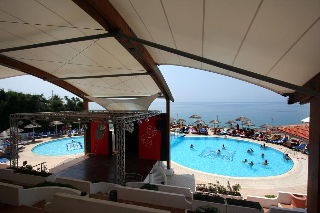 амфитеатр и бассейн отеля Scoglio Della Galea
