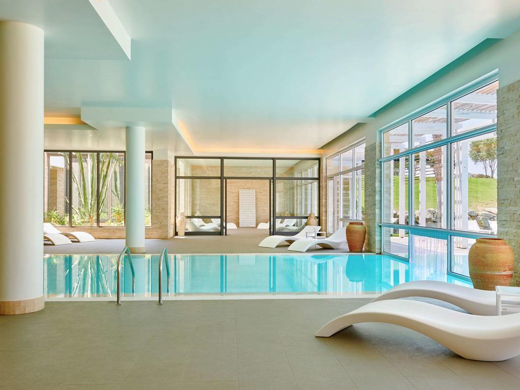 крытый бассейн отеля Capovaticano Resort Thalasso & Spa