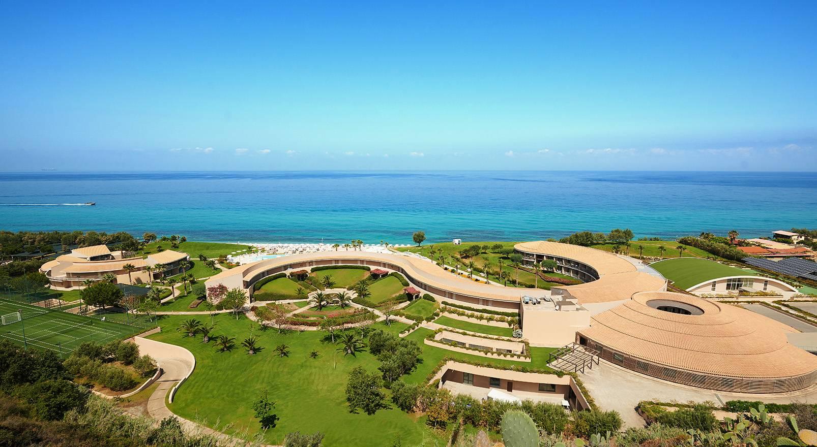 общий вид отеля Capovaticano Resort Thalasso & Spa
